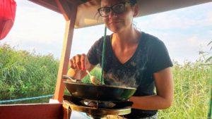 Przygotowywanie śniadania na tratwie